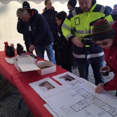Anders Flodman, projektledare Region Gotland, och Brittis Benzler studerar ritningar över nya förskolan.